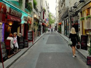paris narrow sidewalk